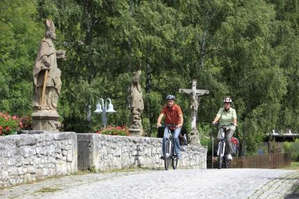 Radfahrer mit e-bike auf der Gruenbachtalbruecke im Ortsteil Gerlachsheim