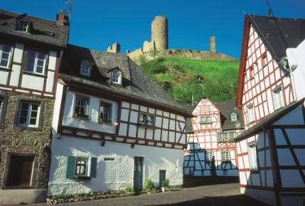 Fachwerkidylle in Monreal mit Löwen- und Philippsburg - Hans-Jürgen Sittig / Eifel Tourismus GmbH - Freigegeben