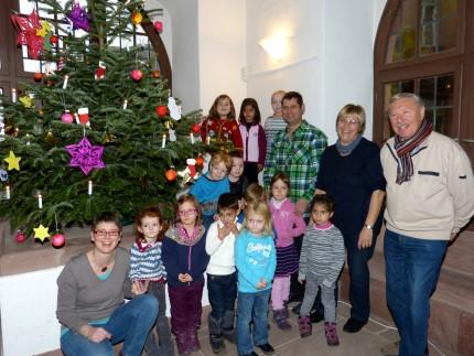 Kita Buntspecht schmückt Weihnachtsbaum
