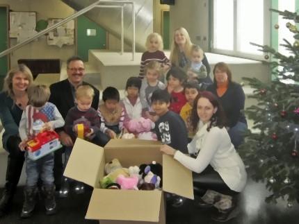 Zuckerschnuten-Kinder teilen ihre Spielsachen mit bedürftigen Kindern