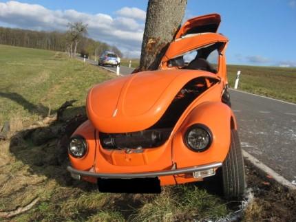 Der VW Käfer prallte mit der Beifahrerseite gegen einen Baum. Der Fahrer erlitt tödliche Verletzungen.